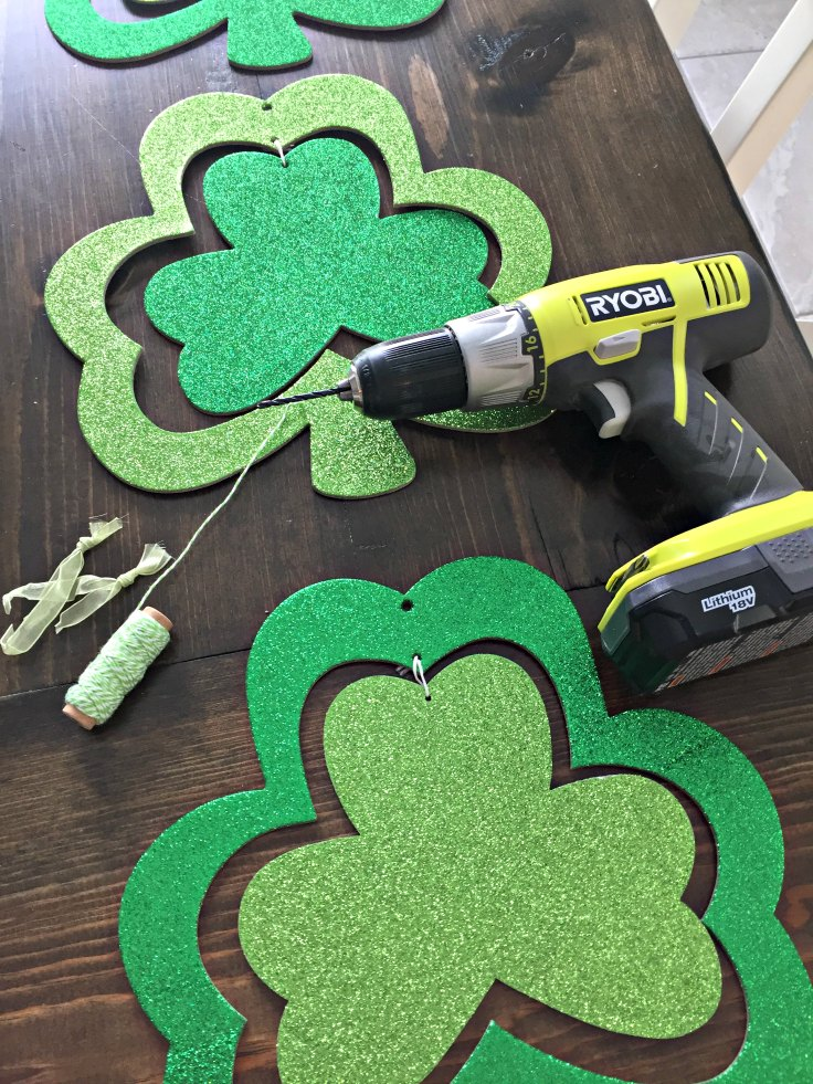 DIY Dollar Store Shamrock Door Decoration for a cute and easy St Patricks Day craft