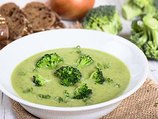 Cream soup from broccoli with slices of rye bread